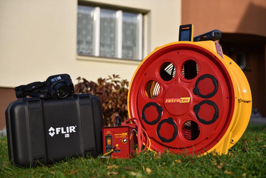 Įranga sandarumo testui atlikti. Termovizorius, dūmų generatorius, ventiliatorius.