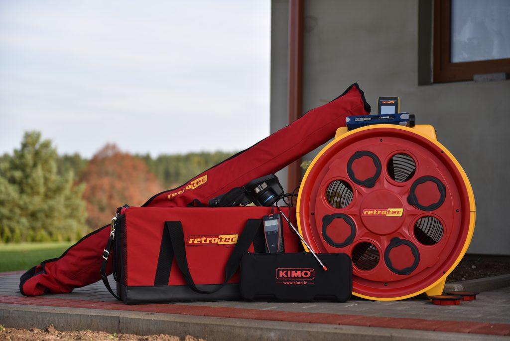 Įranga sandarumo testui atlikti. Termovizorius, dūmų generatorius, oro srauto matuoklis, ventiliatorius, durų rėmas.