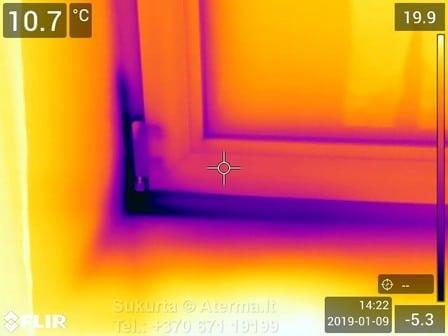 Dėl lango įstatymo ir/ar jo apšiltinimo kokybės ar technologijos per rėmo ir angokraščio sandūrą skverbiasi šaltis.