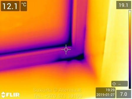 Dėl lango įstatymo ir/ar jo apšiltinimo kokybės ar technologijos nesilaikymo iš po rėmo skverbiasi šaltis.