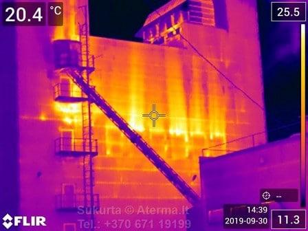 Per išorinės sienos nesandarumus, iš pastato intensyviai prarandama šiluma