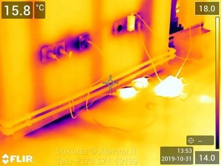 Šaltis yra įtraukiamas per išorinės sienos ir perdangos sandūras