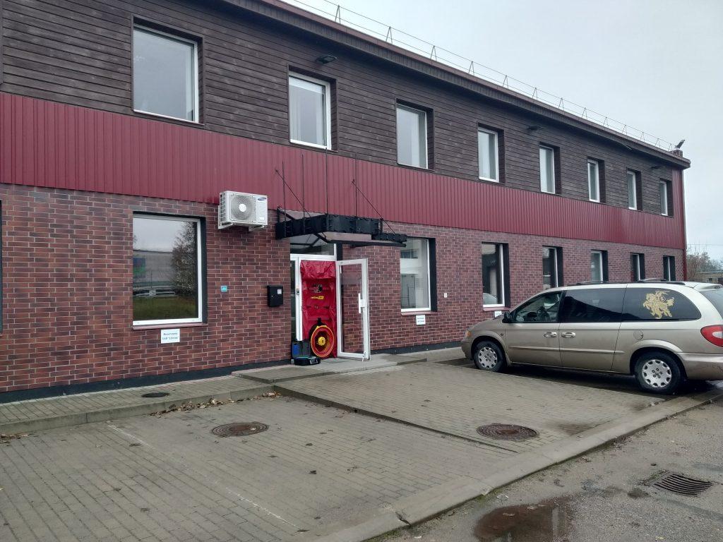 Į įšorines administracinių patalpų duris įmontuota ir sandarumo testui atlikti paruošta įranga.
