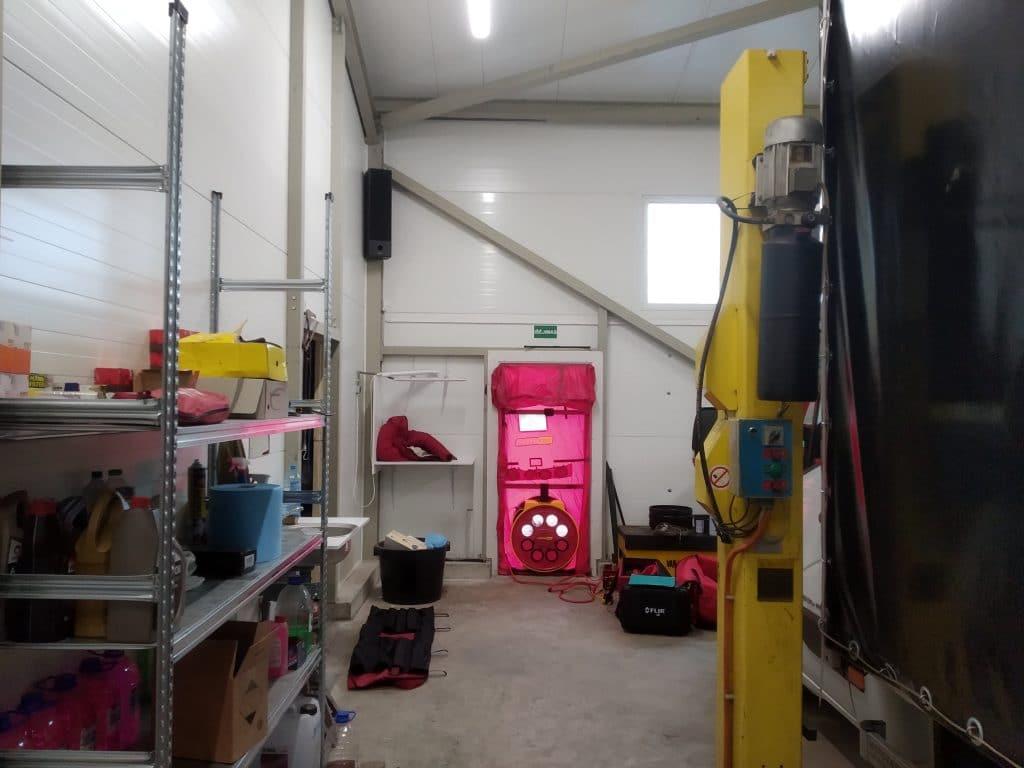 Į įšorines garažo duris įmontuota ir sandarumo testui atlikti paruošta įranga.