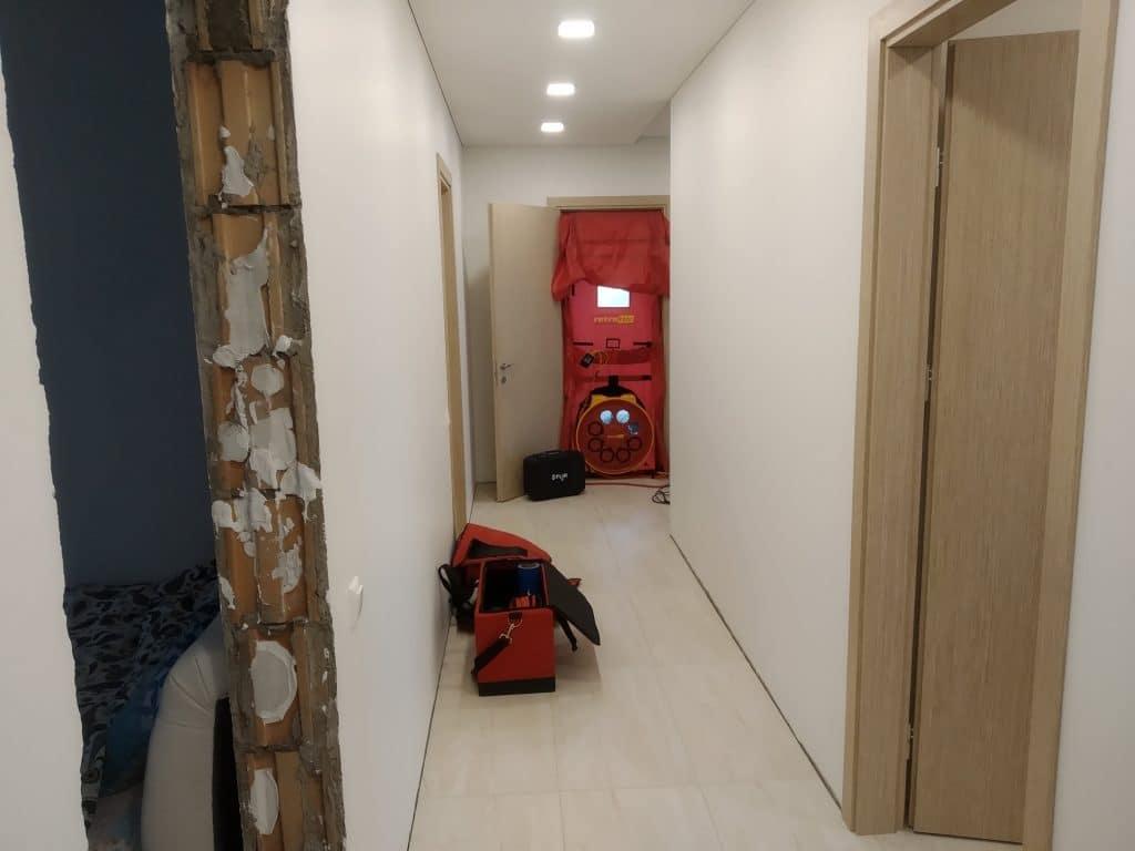 Į įšorines namo duris įmontuota ir sandarumo testui atlikti paruošta įranga.